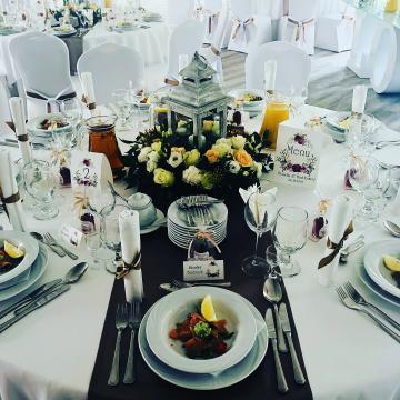 Przyozdobiony stół weselny