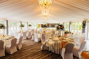 Udekorowana sala na przyjęcie weselne